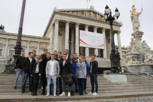 Gruppenfoto der am Workshop teilnehmenden Lehrlinge vor dem Parlamentsgebäude