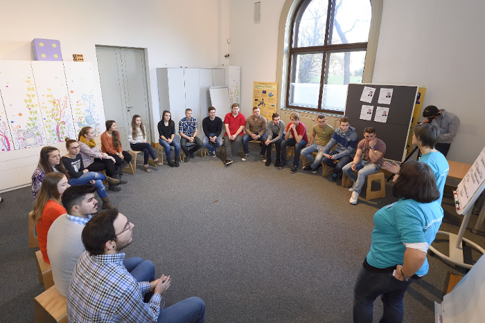 Lehrlinge im Workshop sitzen im Sesselkreis