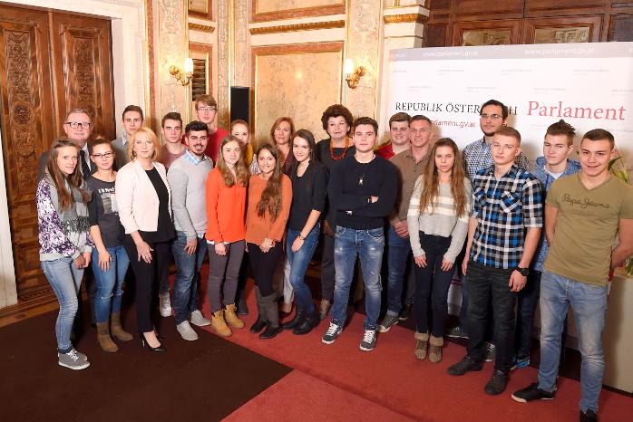 Gruppenfoto: Lehrlinge der Wiener Stadtwerke mit Nationalratspräsidentin Doris Bures und 2. Nationalratspräsidenten Karlheinz Kopf bei der offiziellen Eröffnung des Lehrlingsforums