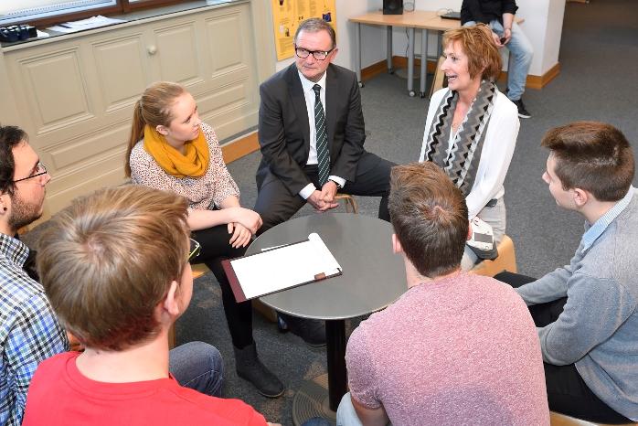 Lehrlinge im Workshop im Gespräch mit dem 2. Nationalratspräsidenten Karlheinz Kopf und Edith Kugi-Mazza von der Arbeiterkammer
