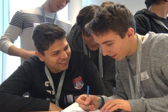 Lehrlinge diskutieren