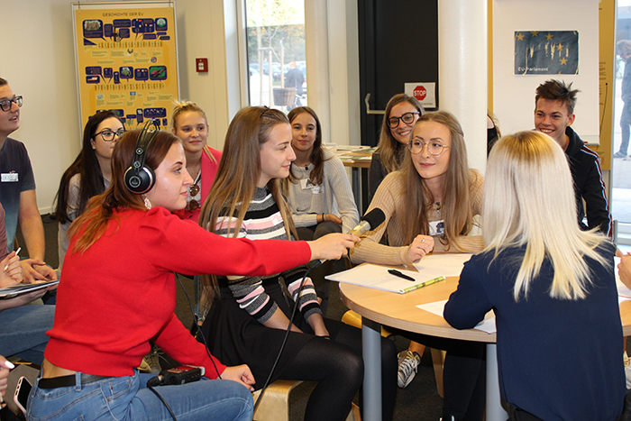 TeilnehmerInnen des Lehrlingsforums – Europäische Union bei der Kleingruppenarbeit mit Podcast-Aufnahme