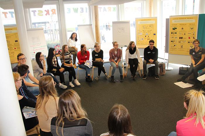 Diskussion der Lehrlinge in der Gruppe zum Thema Europäische Union