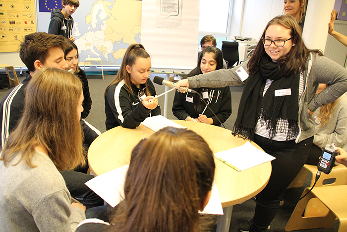 Lehrlinge in der Kleingruppe bei Podcast-Aufnahmen
