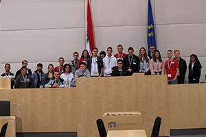 Gruppenfoto der 1A Klasse Landesberufsschule Lilienfeld im Großen Redoutensaal der Hofburg