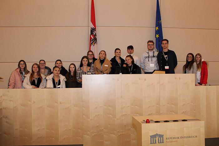 Gruppenfoto am Präsidium des Nationalrates im Großen Redoutensaal der 3BU Klasse der Landesberufsschule Eisenstadt, Gölbeszeile 10-12, 7000 Eisenstadt