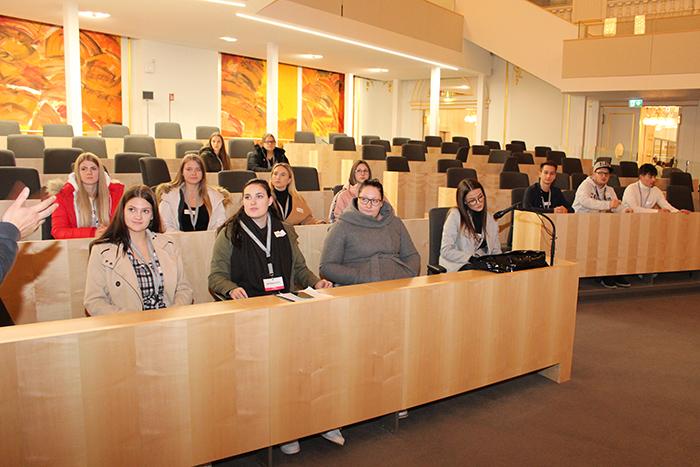 Lehrlinge auf den Sitzen von National- und Bundesräten im Großen Redoutensaal der Hofburg