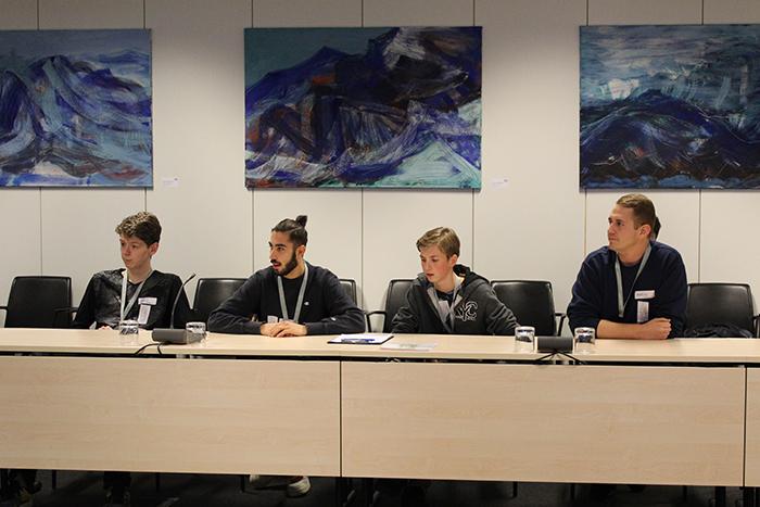 Lehrlinge beim Diskutieren im Ausschusslokal, Pavillon Hof des Parlaments