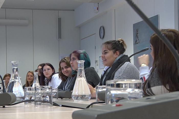 Lehrlinge bei Ausschuss-Diskussion im Ausschusslokal, Pavillon Hof