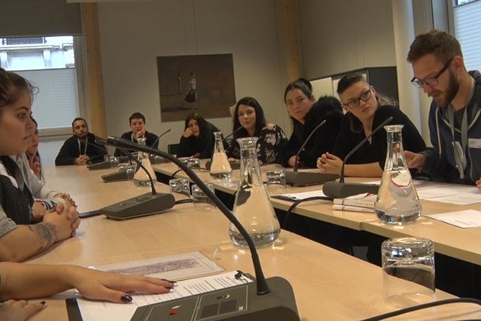 TeilnehmerInnen des Lehrlingsforums – Parlament bei der Ausschuss-Diskussion im Ausschusslokal, Pavillon Hof
