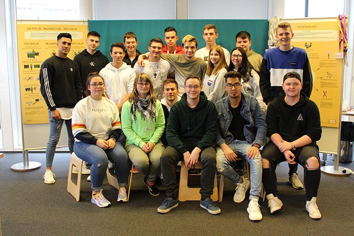 Gruppenfoto der 1FR/2GF Klasse der Landesberufsschule Eisenstadt, Gölbeszeile 10-12, 7000 Eisenstadt