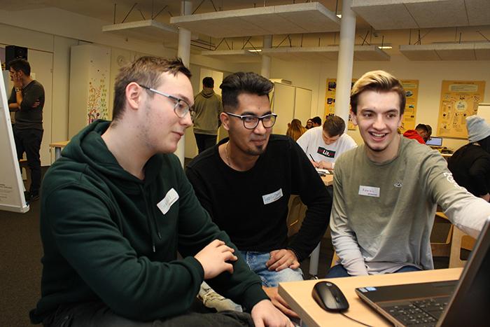 Lehrlinge vor dem Computer beim Verfassen eines Zeitungsartikels