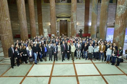 Gruppenfoto der Teilnehmerinnen und Teilnehmer des Lehrlingsparlaments 2015 mit NR-Präsidentin Doris Bures und BR-Präsidentin Sonja Zwazl in der Säulenhalle