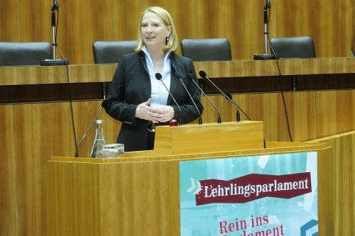 NR-Präsidentin Doris Bures am Rednerpult beim Lehrlingsparlament 2015