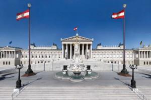 Blick auf die Fassade des Parlamentsgebäudes von der Ringstraßenseite