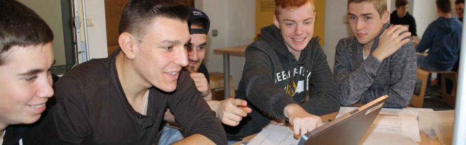 Lehrlinge im Workshop vor dem Computer