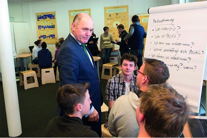 NR-Präsident im Gespräch mit Lehrlingen
