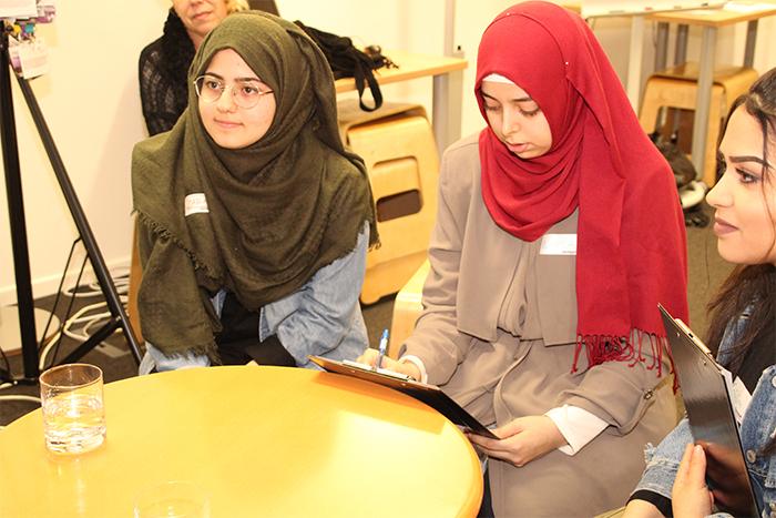 Lehrlingen sitzen an einem runden Tisch
