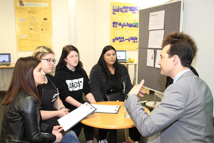 ParlamentarierInnen im Gespräch mit Lehrlingen