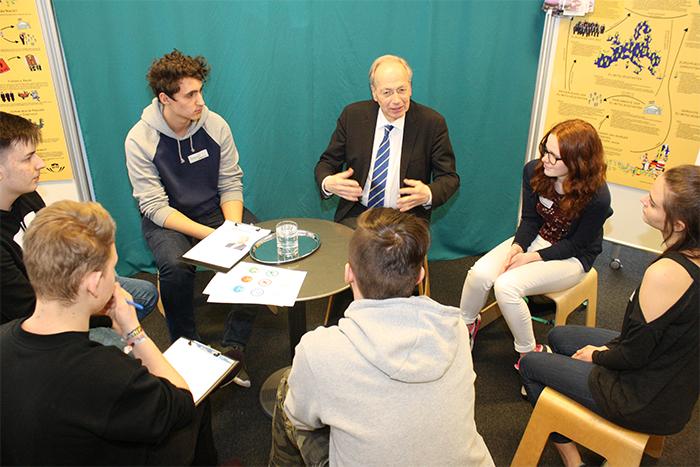 Parlamentarier im Gespräch mit Lehrlingen