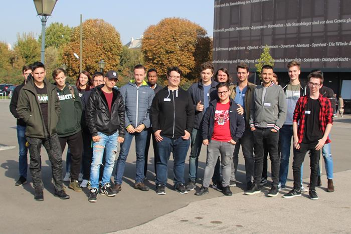 Gruppenfoto der Berufsschule für Elektro-, Veranstaltungs- und Informationstechnik Evita Wien