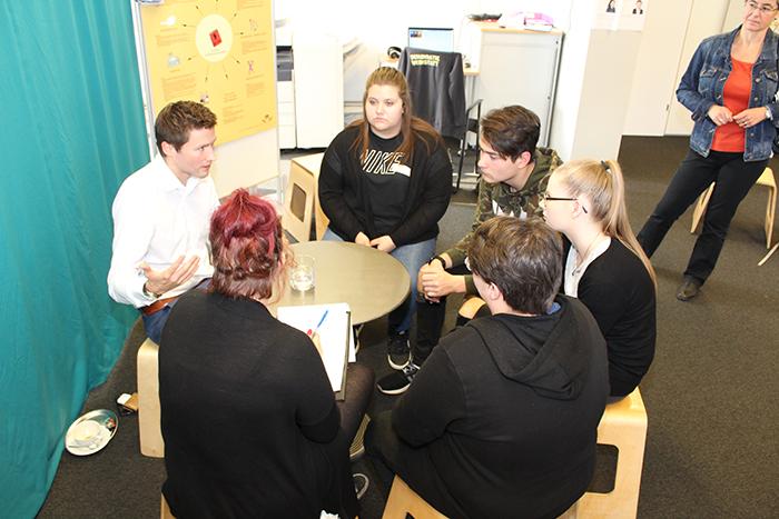 Parlamentarier und Parlamentarierin im Gespräch mit Lehrlingen