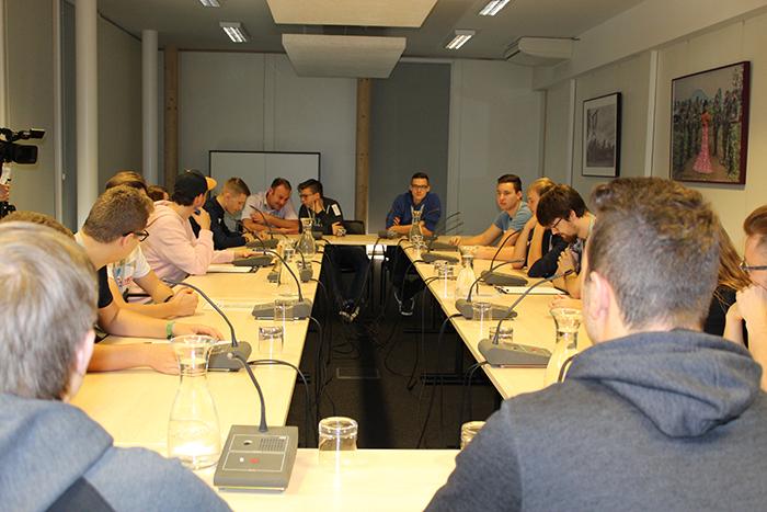 Lehrlinge sitzen an einem Tisch und diskutieren im Ausschuss