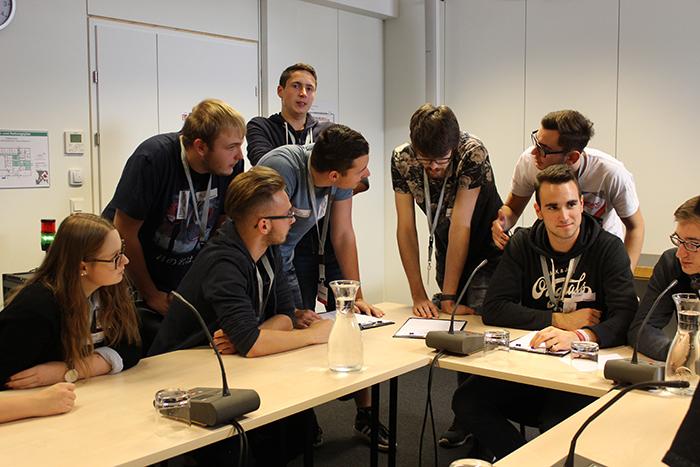 Lehrlinge diskutieren im Ausschuss