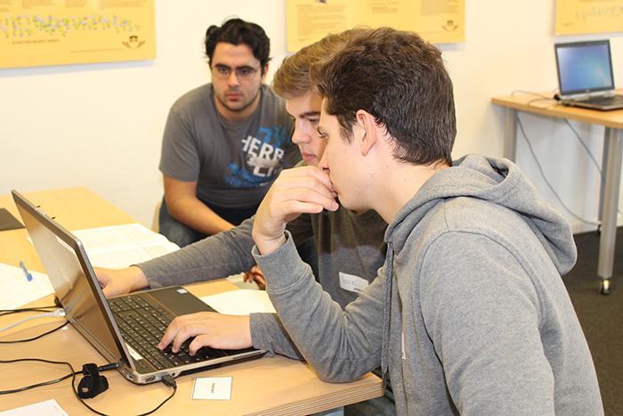 Lehrlinge arbeiten am Laptop