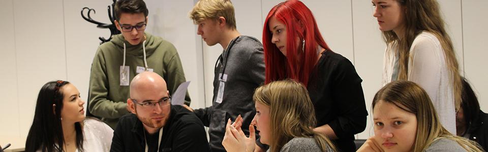 Lehrlinge diskutieren in einem Ausschusslokal