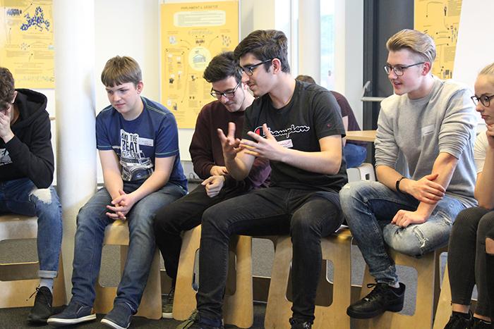 Lehrlinge diskutieren im Sesselkreis