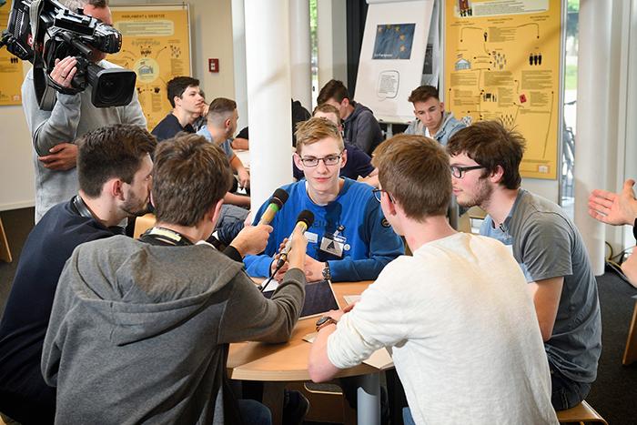 Lehrlinge interviewen sich gegenseitig, ein Kamerateam filmt