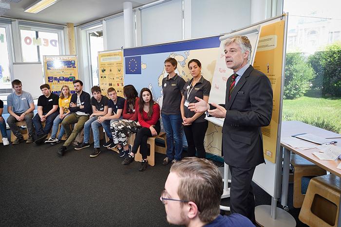 Parlamentsdirektor Harald Dossi begrüßt die teilnehmenden Lehrlinge