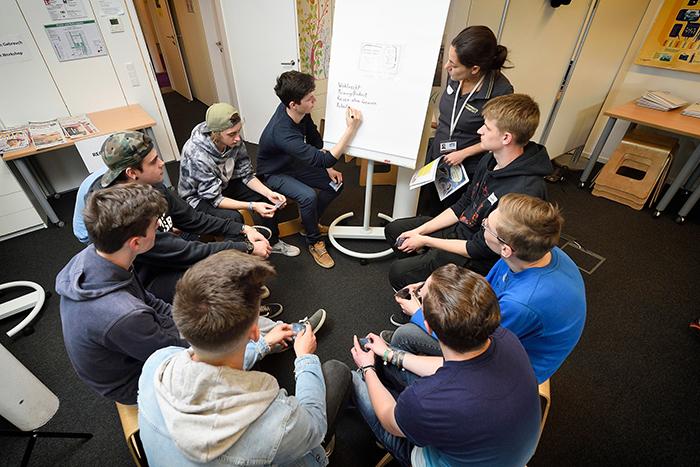 Lehrlinge bei der Gruppenarbeit