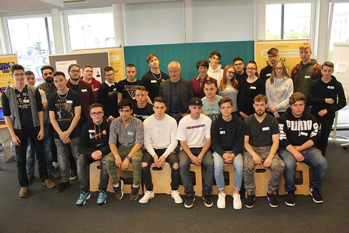 Gruppenfoto der Lehrlinge der Berufsschule für Elektrotechnik und Mechatronik Mollardgasse, Klassen 1B, 2R