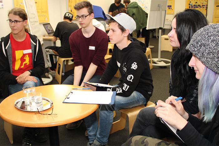 Lehrlinge bei der Diskussion