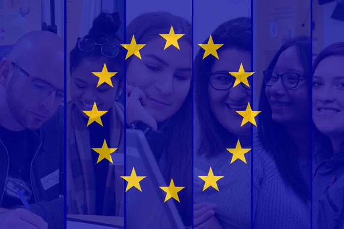 EU-Flagge mit Lehrlingen im Hintergrund