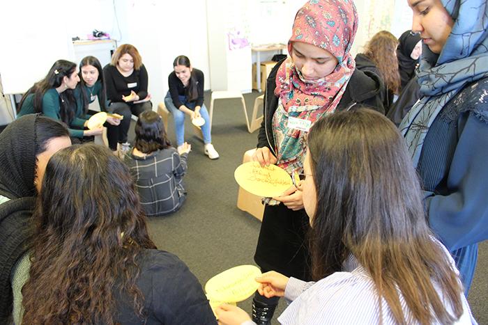 Lehrlinge diskutieren miteinander und zeigen sich Kärtchen