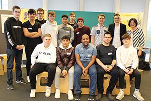 Gruppenfoto der Lehrlinge der Berufsschule für Informationstechnologie Mollardgasse