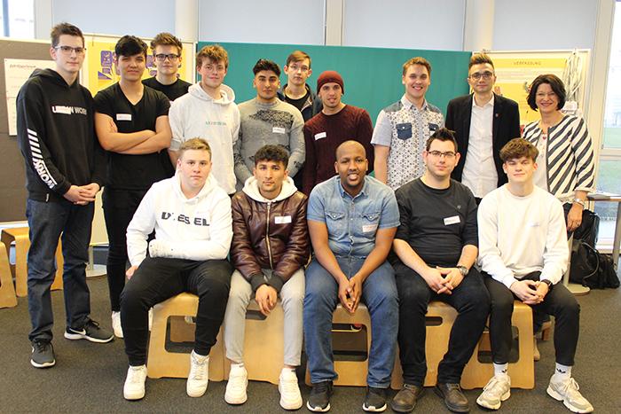 Gruppenfoto Klasse 2 P3 Berufsschule für Elektrotechnik und Mechatronik, mit Parlamentariern