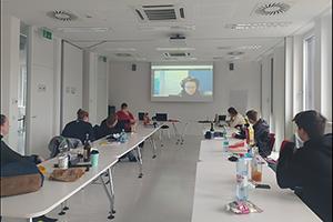 Lehrlinge der Berufsschule für Brau- und Getränketechnik und für Destillateure, Korneuburg, schauen einer Präsentation auf Leinwand zu