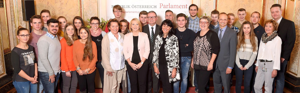 Gruppenfoto bei der Eröffnung des Lehrlingsforums: NR-Präsidentin Doris Bures, Zweiter NR-Präsident Karlheinz Kopf mit Lehrlingen der Wiener Stadtwerke und geladenen Gästen