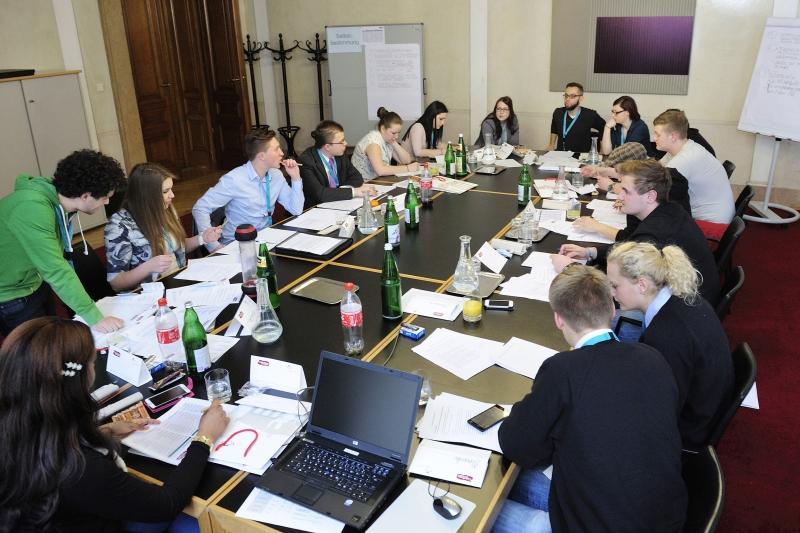 Teilnehmerinnen und Teilnehmer des Lehrlingsparlaments 2015 bei der Klubarbeit