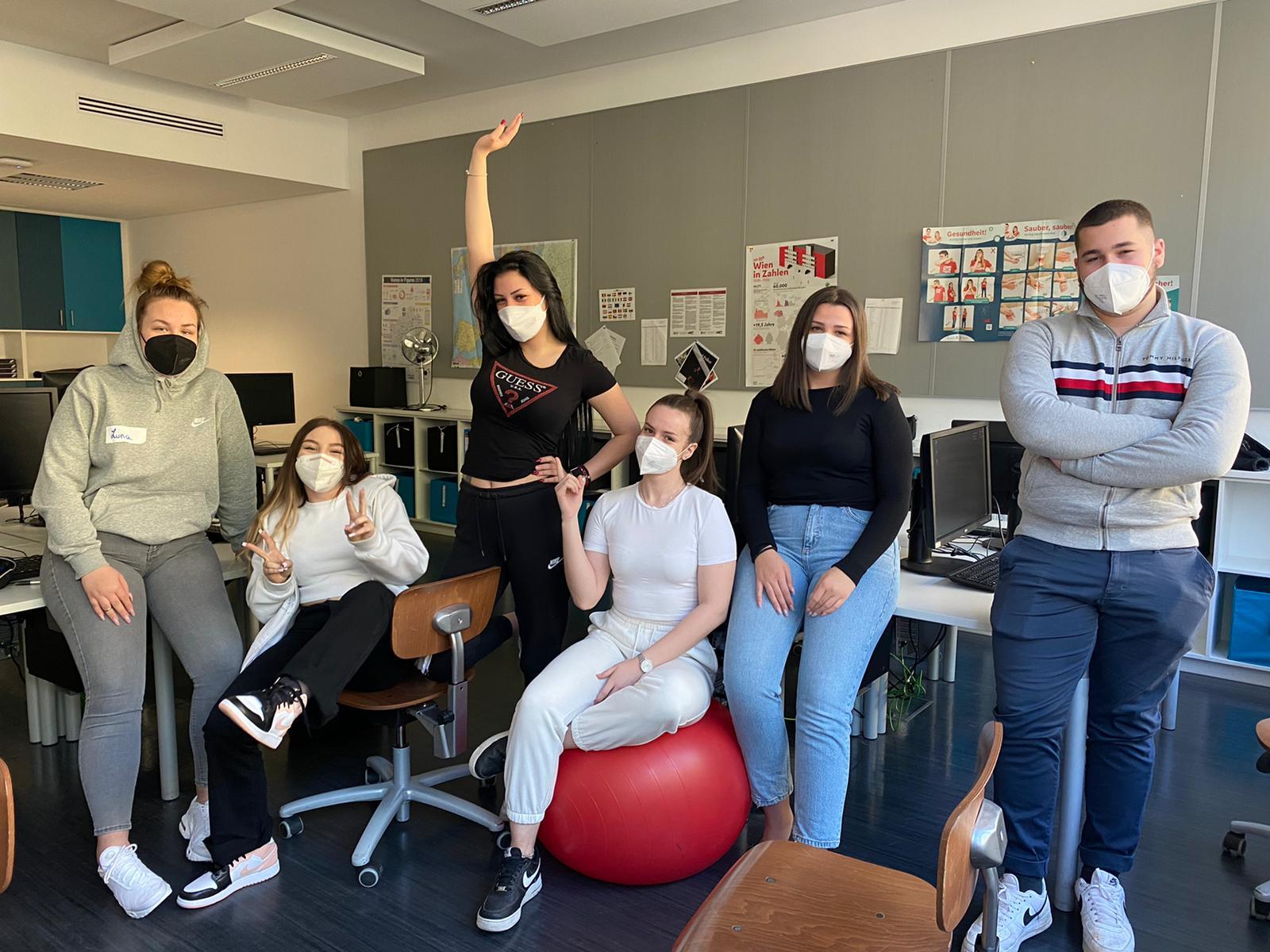 Gruppenfoto von Lehrlingen im Klassenzimmer