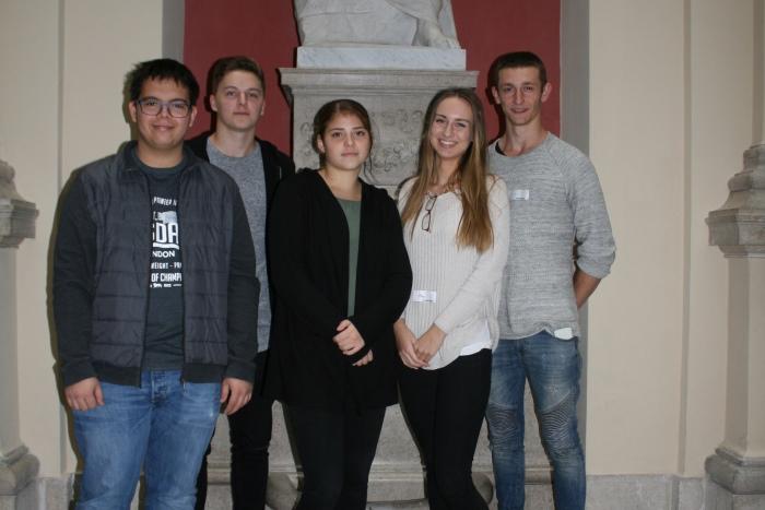 Gruppenfoto von fünf Lehrlingen im Palais Epstein