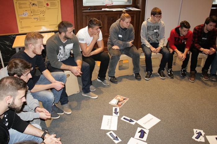 Ausschnitt der Lehrlingsgruppe im Sesselkreis