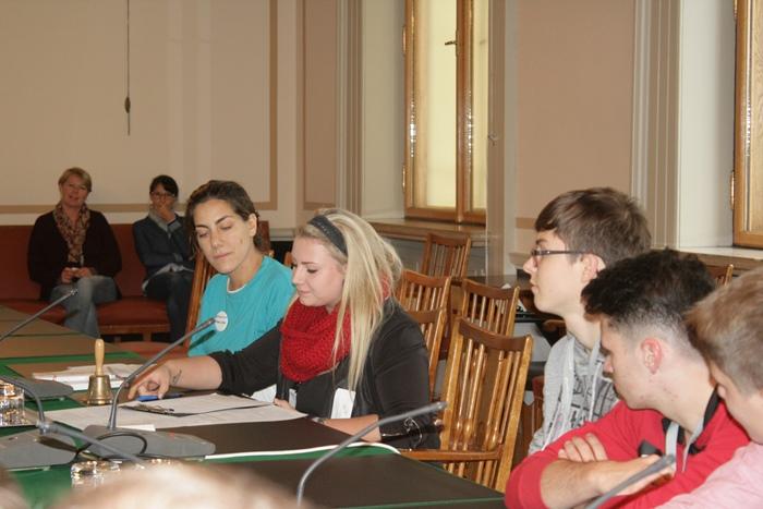 Ein Lehrling führt den Vorsitz während der Ausschusssimulation im Ausschusslokal