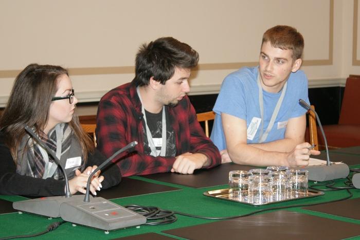 Drei Lehrlinge im Ausschusslokal im Parlamentsgebäude