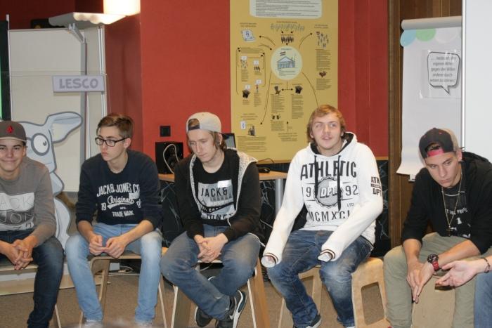 Lehrlinge aus Knittelfeld sitzen im Sesselkreis