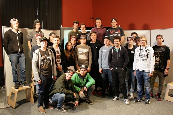 Gruppenfoto der Lehrlinge gemeinsam mit Nationalratsabgeordnetem Julian Schmid